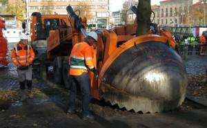 Trafikverket provlyfter träd i Allén 27 oktober 2015 som en del i förberedelserna för Västlänken.