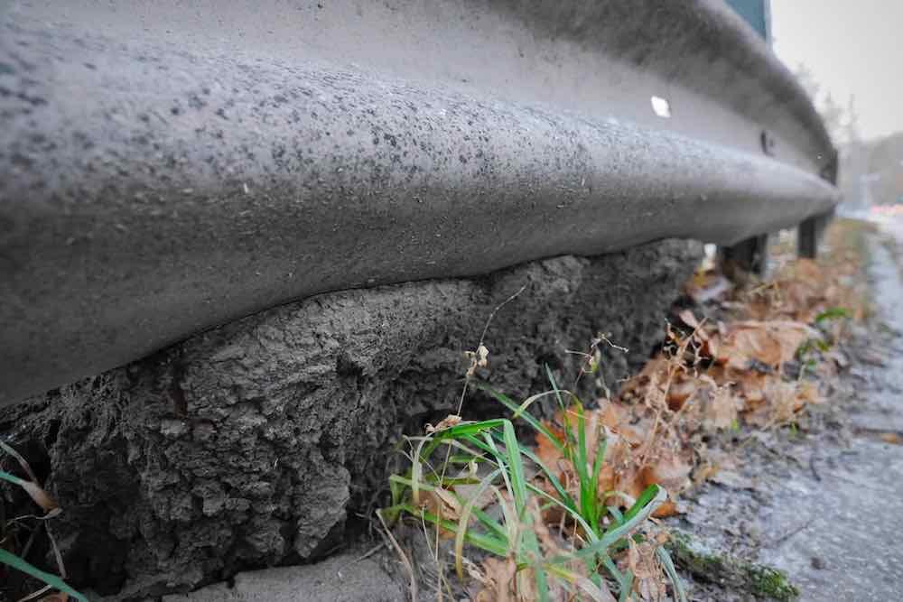 Vägräcket och vägbanan äter sig in i Gränseken. Foto: Chris Ceder.